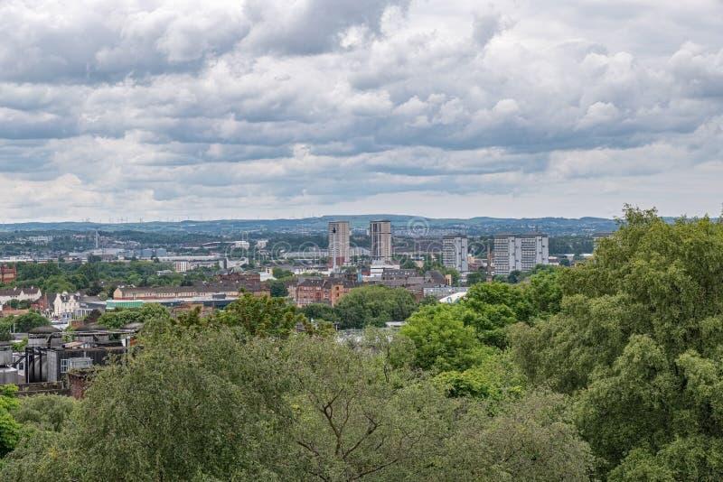 Przyglądający za Necropolis nad centrum miasta Glasgow na jasnym dniu od obraz stock