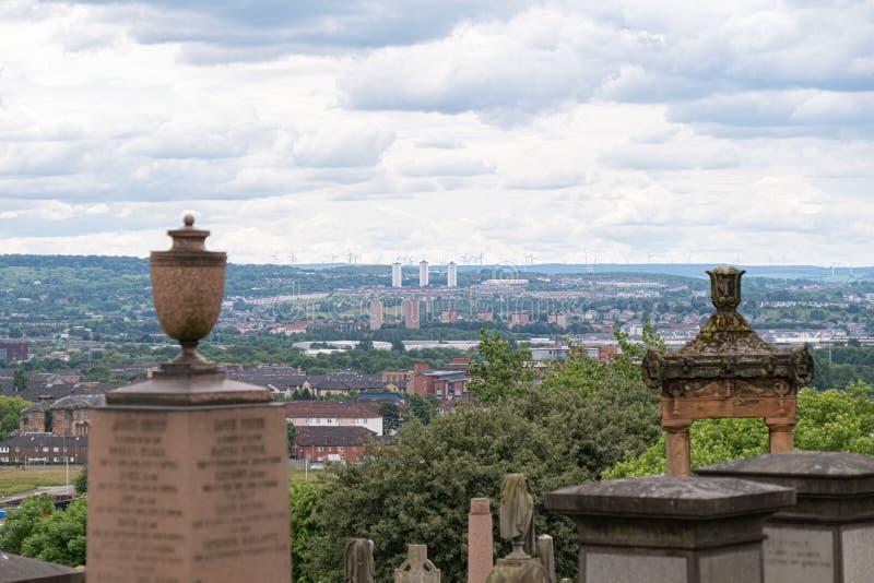 Przyglądający za Pośrodku dwa zabytkach od Necropolis nad centrum miasta Glasgow obrazy stock