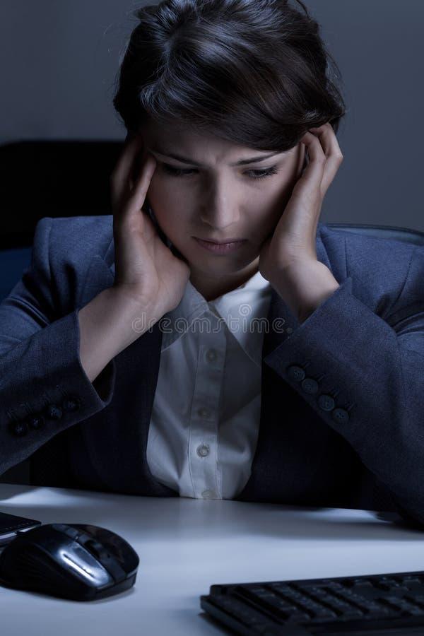 Przygnębiający bizneswoman w biurze zdjęcie royalty free