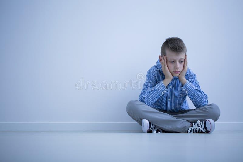 Przygnębiona chłopiec z Asperger syndromem obraz stock