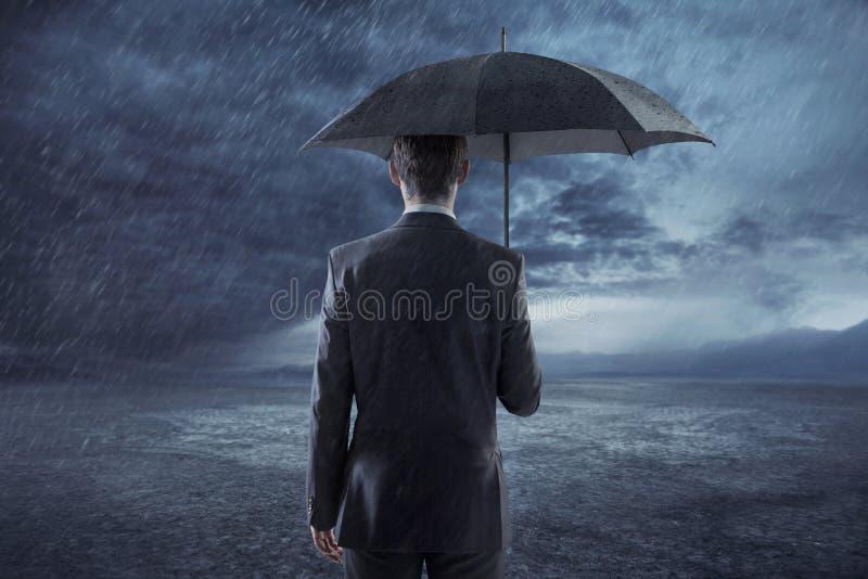 Przygnębiona kierownik pozycja z parasolem obraz royalty free