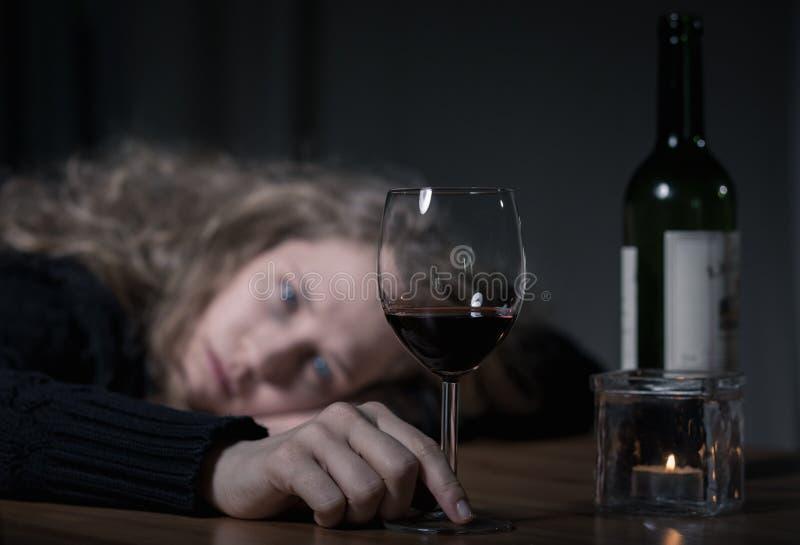 Przygnębiona kobieta z winem obrazy royalty free