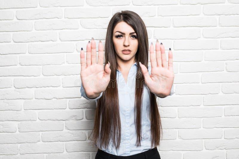 Przygnębiona młoda kobieta z szeroko rozpościerać ręką zdjęcia royalty free