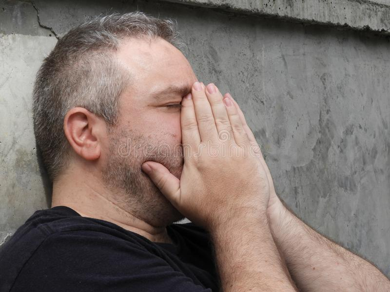 Przygnębiona Nieogolona Kaukaska samiec zdjęcie stock