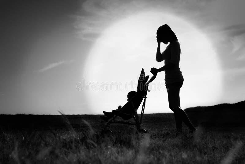 Przygnębiona smutna loney kobieta Macierzysty cierpienie od postpardum depresji zdjęcie stock