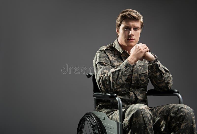 Przygnębionego niepełnosprawnego żołnierza czuciowy stroskanie fotografia stock