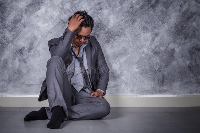 Przygnębiony biznesmena obsiadanie na podłoga obrazy stock