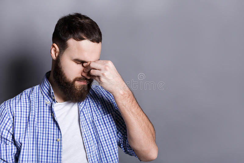 Przygnębiony brodaty mężczyzna z zamkniętymi oczami obraz royalty free