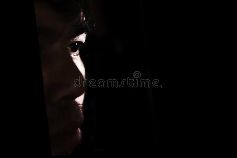 przygnębiony i beznadziejny mężczyzna samotnie w zmroku fotografia stock