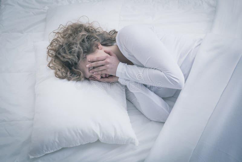 Przygnębiony kobiety spać całodniowy obraz royalty free
