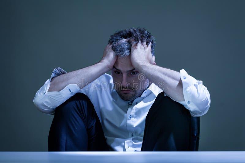 Przygnębiony mężczyzna przy pracą obraz stock