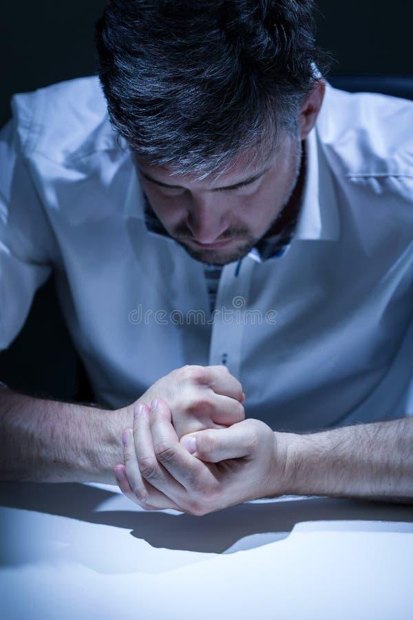 Przygnębiony mężczyzna przy pracą zdjęcie stock
