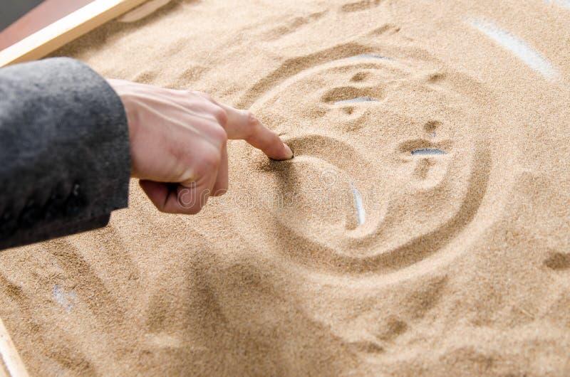 przygnębiony mężczyzna rysuje smutnego smiley zdjęcie royalty free
