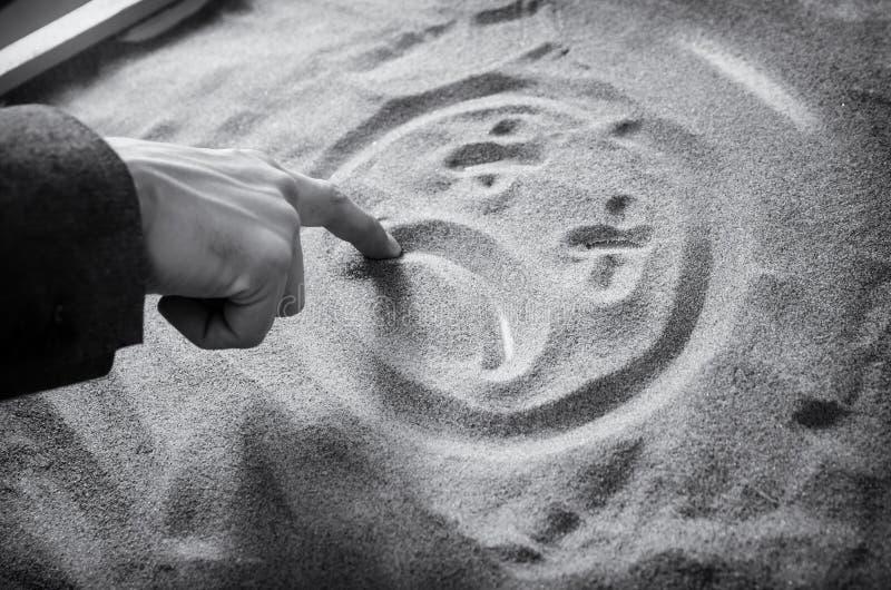 przygnębiony mężczyzna rysuje smutnego smiley monochrom zdjęcia royalty free