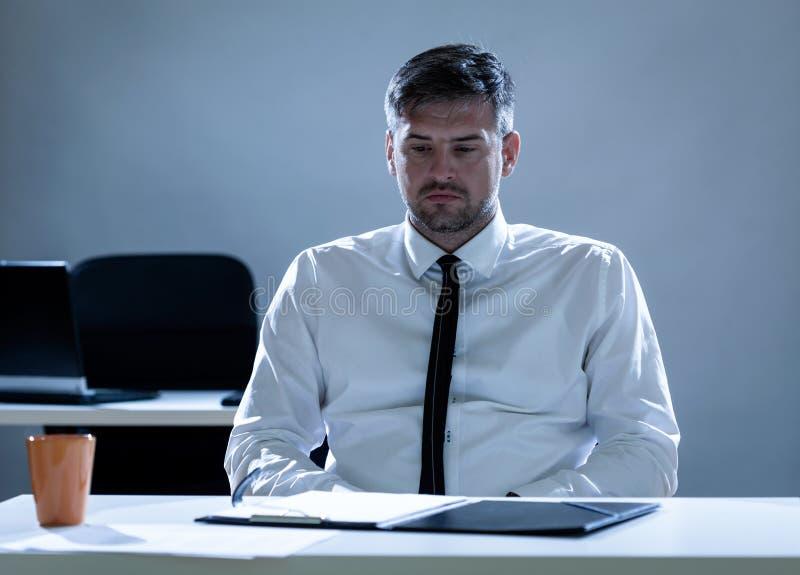 Przygnębiony mężczyzna w biurze obraz royalty free