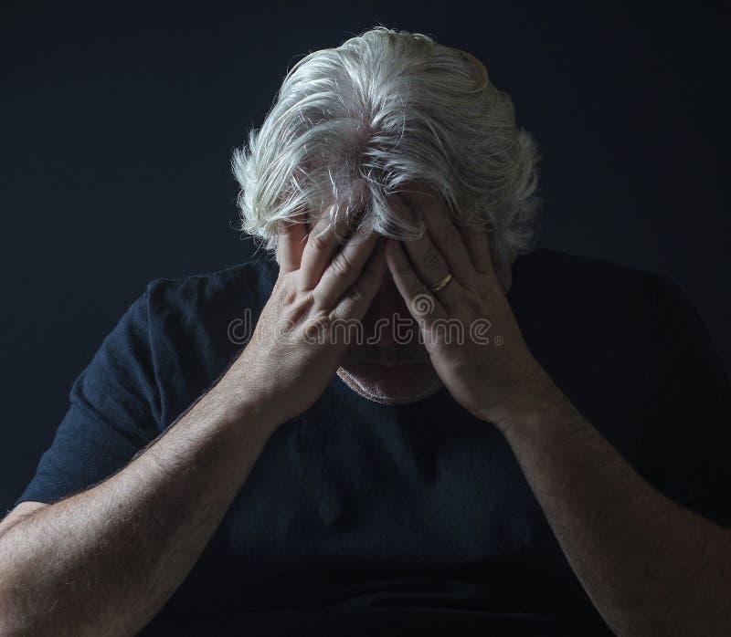 Przygnębiony mężczyzna w czerni zdjęcia royalty free