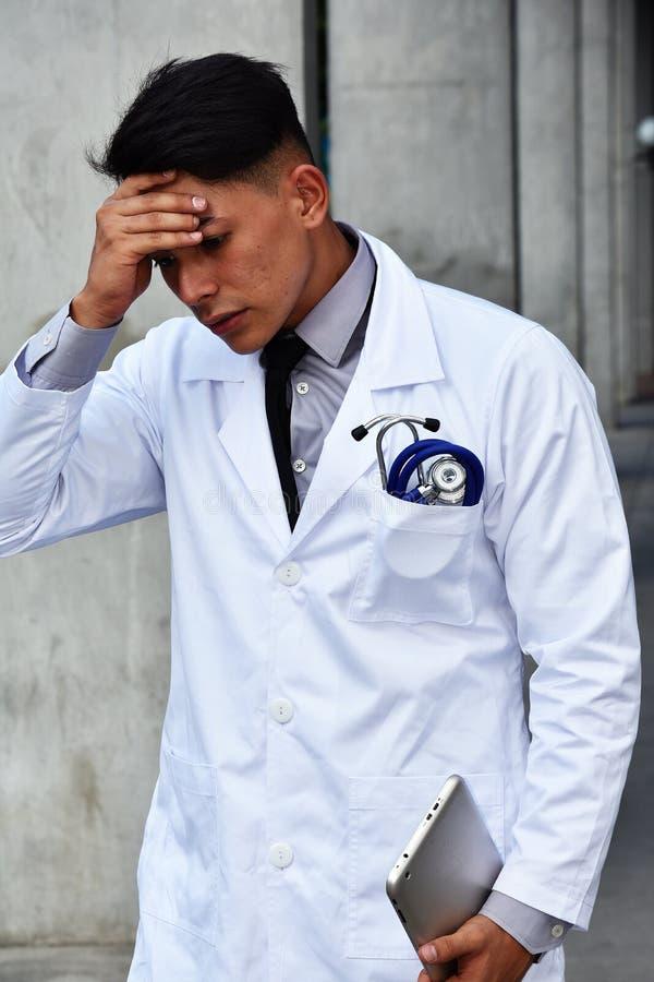 Przygnębiony Męski Medyczny Fachowy Jest ubranym Lab żakiet Z pastylką obraz stock