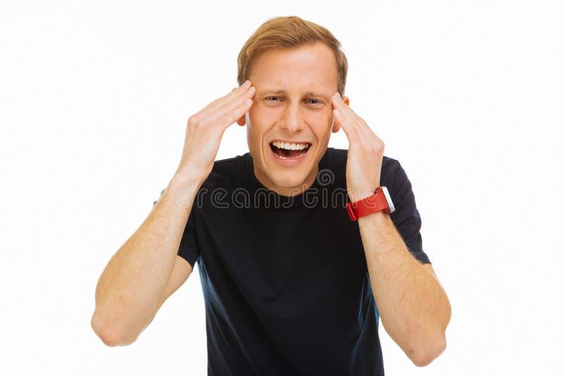 Przygnębiony młodego człowieka cierpienie od silnej migreny fotografia royalty free