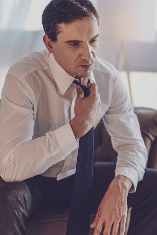 Przygnębiony młody biznesmen myśleć o pracie zdjęcie stock