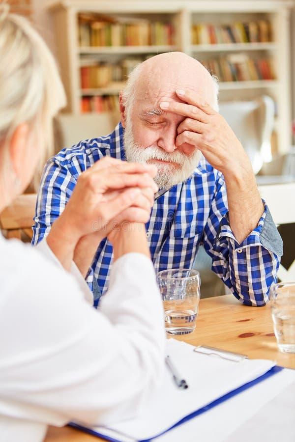 Przygnębiony senior pocieszający rodzinną lekarką zdjęcia stock