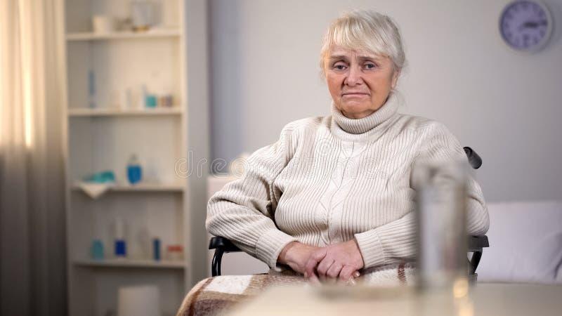 Przygn?biony starej kobiety obsiadanie w w?zku inwalidzkim, z?a diagnozy depresja, wyzdrowienie zdjęcia royalty free