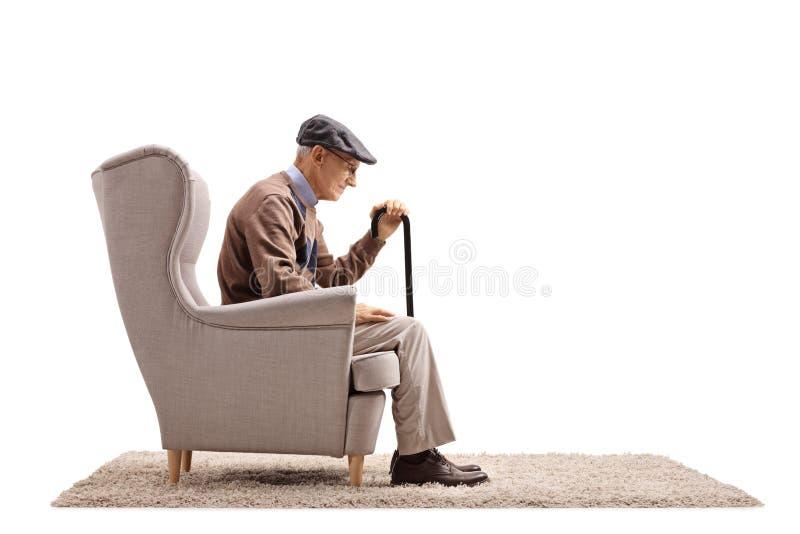 Przygnębiony starsza osoba mężczyzna sadzający w karle fotografia royalty free