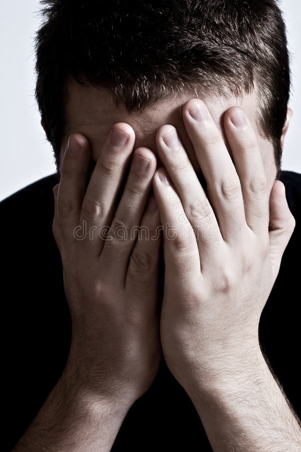 przygnębiony twarzy ręk mężczyzna nad smutnym obraz stock