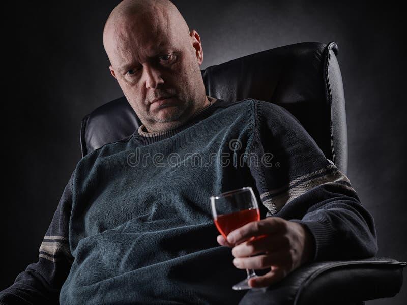 Przygnębiony w średnim wieku alkoholiczki i wina szkło zdjęcia royalty free