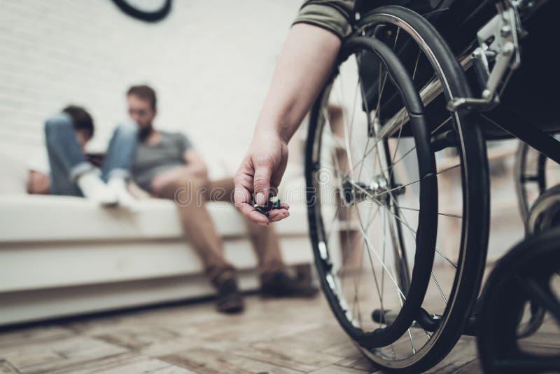 Przygnębiony weteran Siedzi W wózku inwalidzkim Z pigułkami zdjęcie royalty free