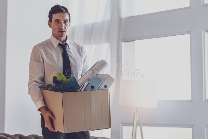 Przygnębiony zwarzony mężczyzna trzyma pudełko zdjęcia royalty free