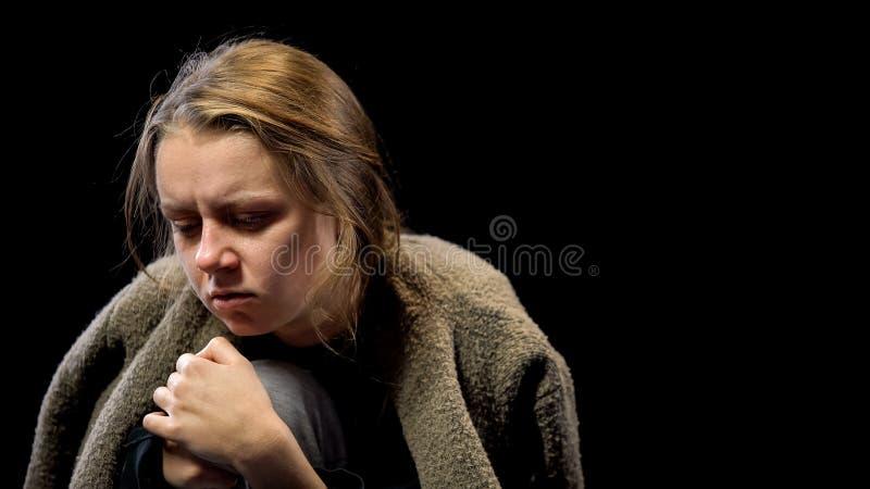 Przygn?beni kobiety cierpienia leka wycofania objawy, n?dzny ?ycie, na??g zdjęcie royalty free