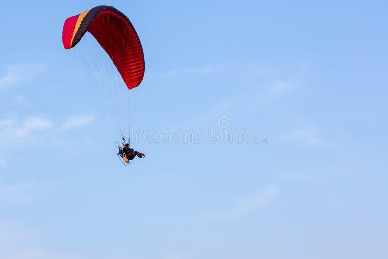 Przygoda m??czyzna sporta pilota aktywny kra?cowy latanie w niebie z paramotor parowozowym szybowcowym spadochronem zdjęcia royalty free