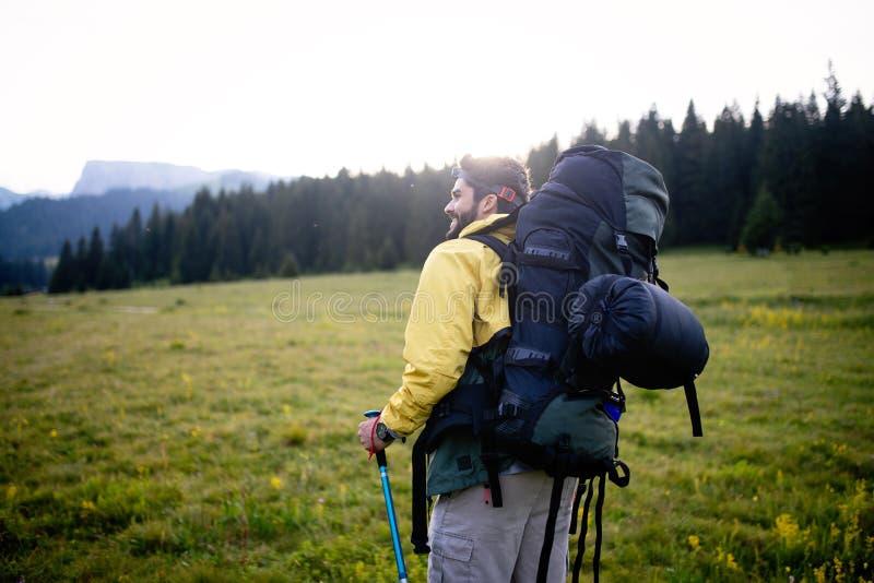 Przygoda, podróż, turystyka, podwyżka i ludzie pojęć, - mężczyzna z brodą i plecaka wycieczkować fotografia royalty free
