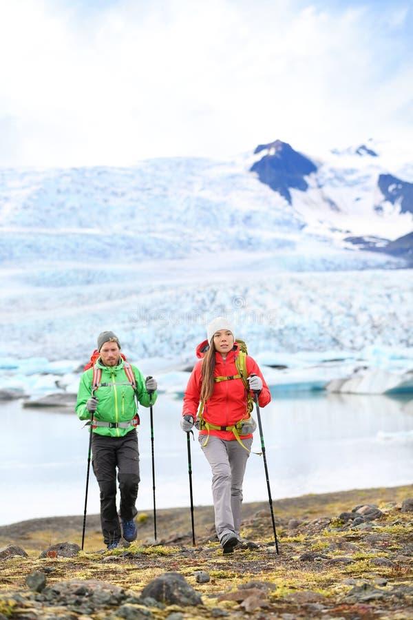 Przygoda wycieczkuje podróży ludzi na Iceland obraz royalty free