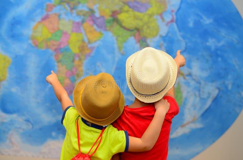 Przygody i podróży pojęcie Szczęśliwi dzieciaki marzą o podróży, wakacje zdjęcie royalty free