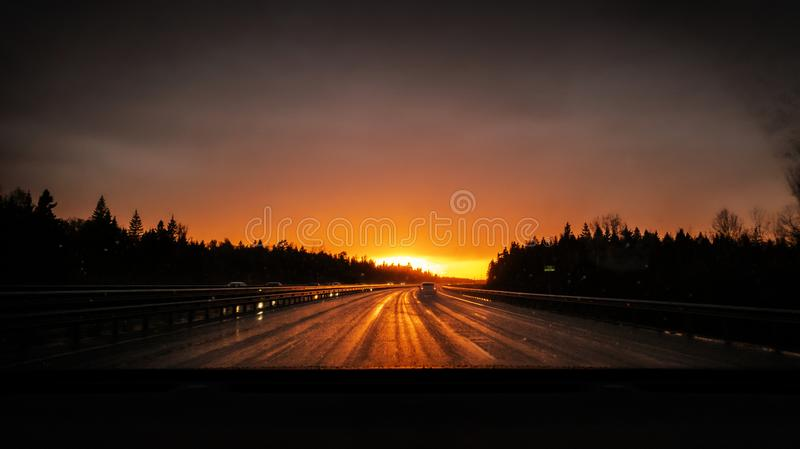 Przygody samochodową autostradą Wycieczka pojęcie odpoczynek, wakacje samochodem Perspektywiczny widok droga Moczy asfaltowego, j fotografia royalty free