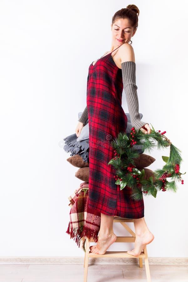 Przygotowań Wesoło boże narodzenia jeden kobieta wianek zdjęcie royalty free