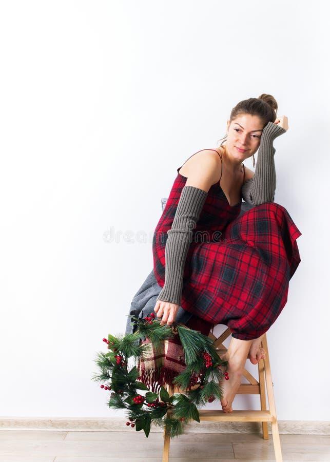 Przygotowań Wesoło boże narodzenia jeden kobieta wianek zdjęcia royalty free