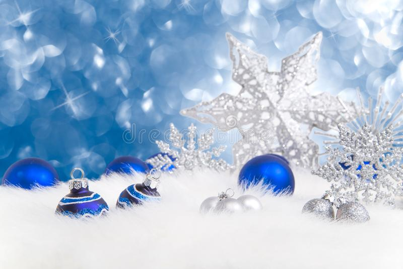 Przygotowania błękita i srebra Bożenarodzeniowi ornamenty na błękitnym backg zdjęcie stock