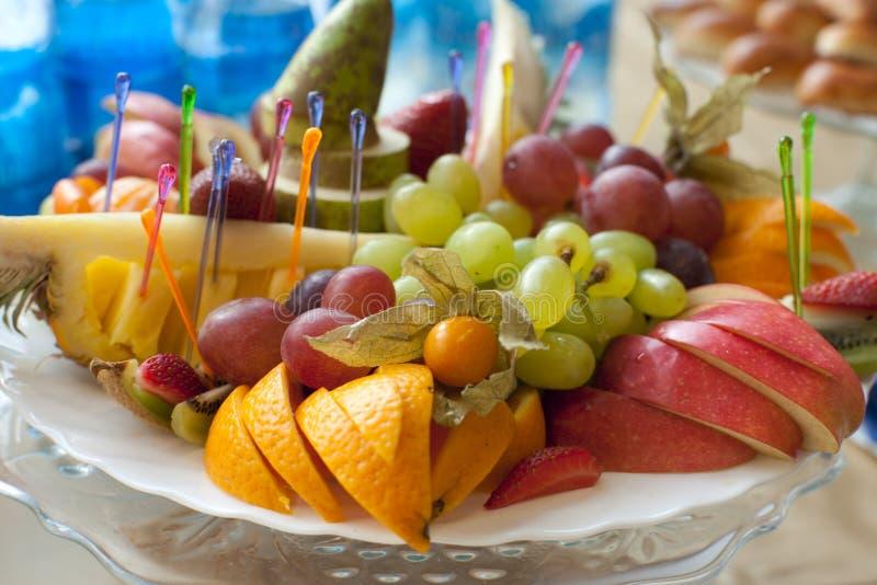 przygotowania bankieta owoc półmiska stół obraz royalty free
