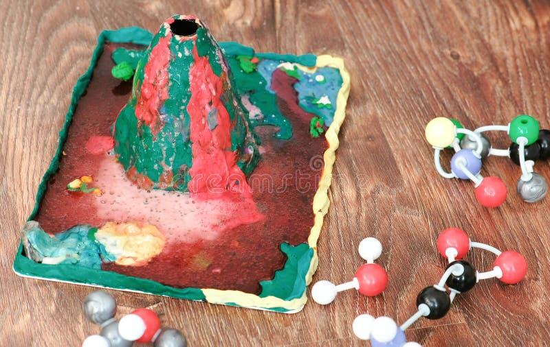 Przygotowania dla nieść out chemicznego eksperyment z glinianym wulkanem zdjęcia stock