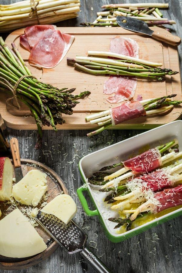 Przygotowania dla potrawki z asparagusem i serem zdjęcie royalty free