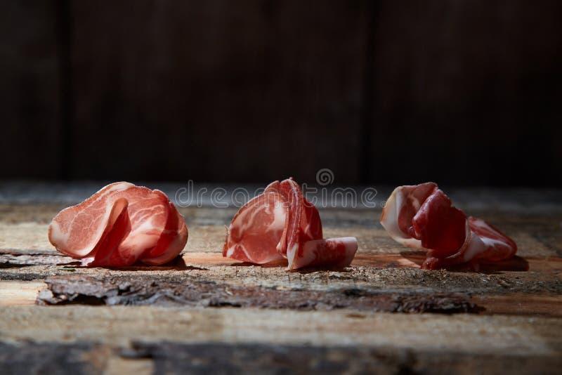 Przygotowania smakosz dobierał zakąski ser i prosciutto na drewnianej powierzchni zdjęcia royalty free