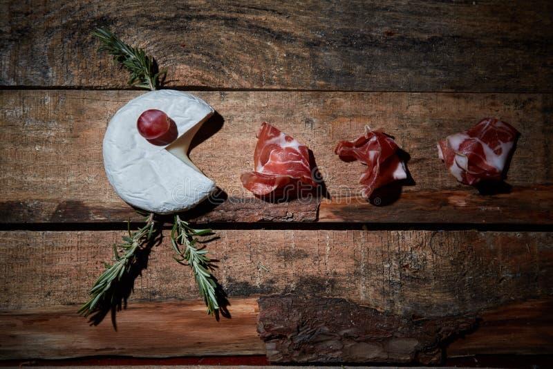 Przygotowania smakosz dobiera? zak?ski ser i prosciutto na drewnianej powierzchni Odg?rny widok zdjęcia stock