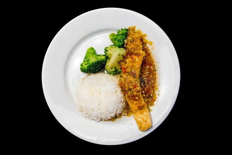 Przygotowanie śniadanie, Odparowany łosoś i ryż w czarnym tle, fotografia stock