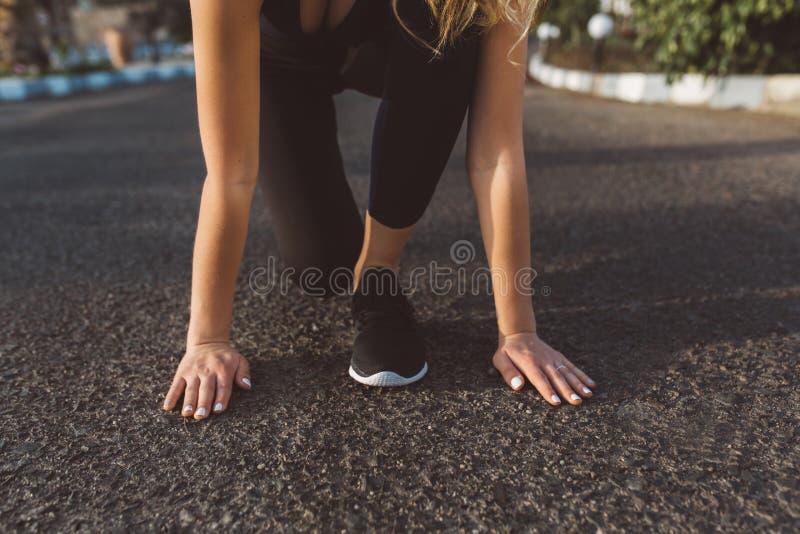 Przygotowanie bieg, początek ładna kobieta, wręcza blisko cieków w sneakers na ulicie Motywacja, pogodny ranek, zdrowy fotografia stock