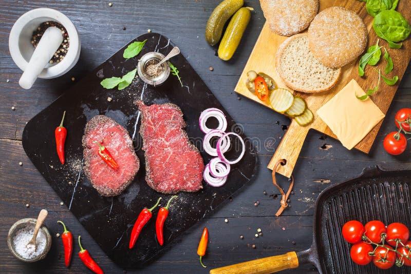 Przygotowanie cały mięsny hamburger obrazy royalty free