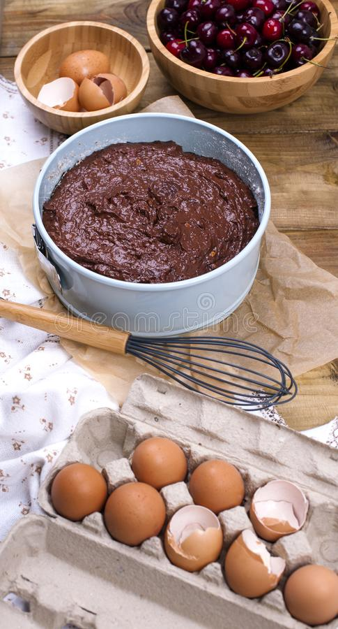 Przygotowanie czekoladowy tort z wiśnią Tradycyjny amerykanina tort wypiekowi składniki Pionowo sztandar obraz royalty free