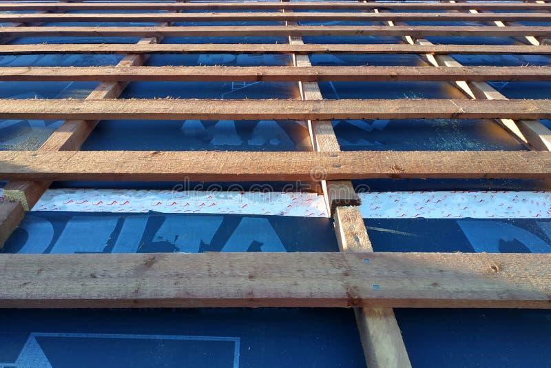 Przygotowanie dachu dach zanim instalacja prześcieradła metal płytki z izolacją, waterproofing z pomocą filmu, wsiada fotografia stock