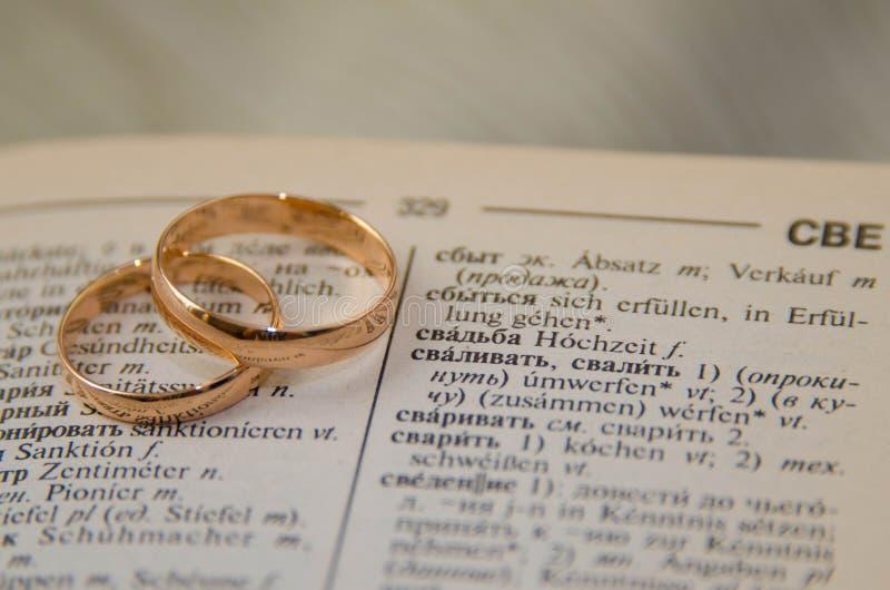 Przygotowanie dla ślubni złociści pierścionki zdjęcie stock